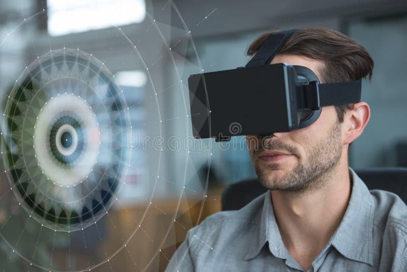 Mężczyzna patrzeje interfejs w VR słuchawki fotografia royalty free