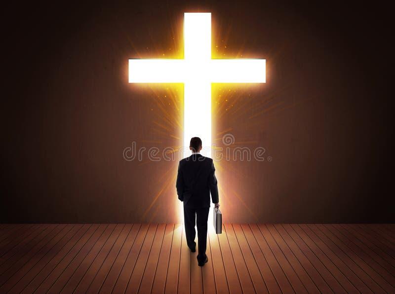 Mężczyzna patrzeje jaskrawego krzyża znaka zdjęcie royalty free