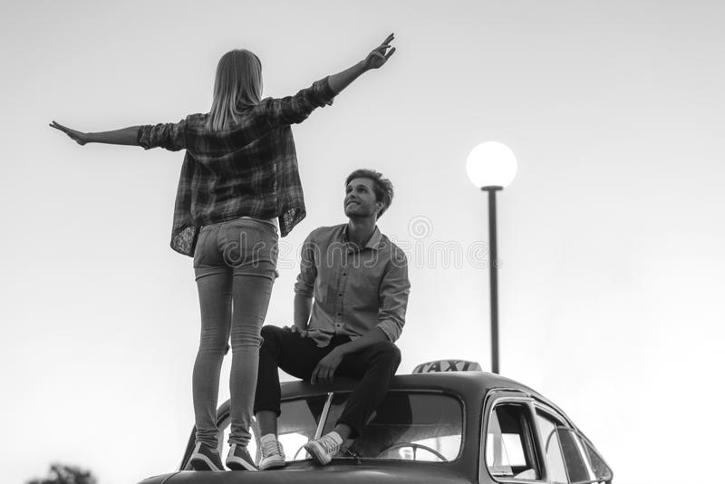 Mężczyzna patrzeje jego dziewczyny zdjęcie royalty free