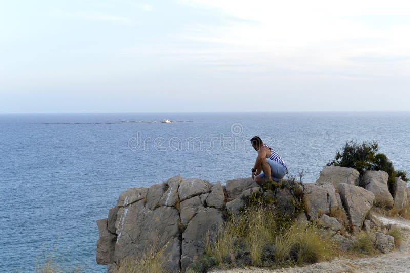 Mężczyzna patrzeje morze na skale hiszpański wybrzeże zdjęcia royalty free
