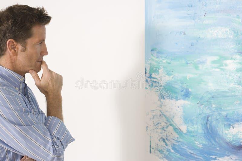 Mężczyzna Patrzeje obraz W galerii sztuki zdjęcia royalty free