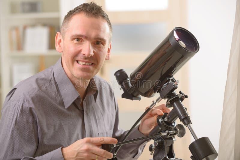 Mężczyzna patrzeje przez teleskopu zdjęcie royalty free