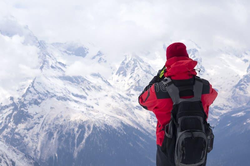 Mężczyzna patrzeje w kierunku szczytów mo i skłonów z plecakiem zdjęcie stock