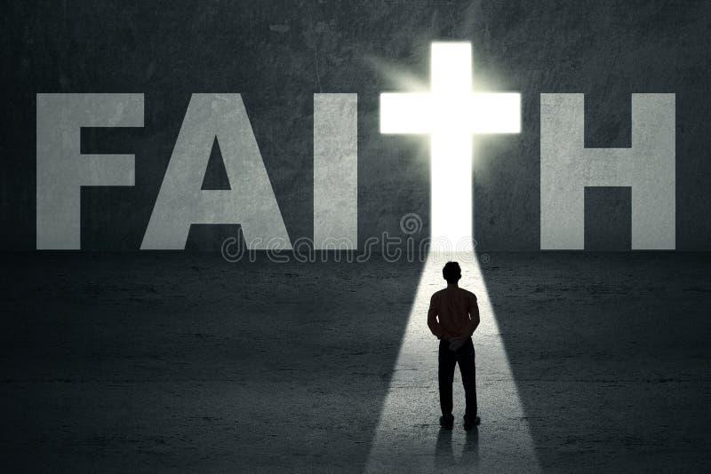 Mężczyzna patrzeje wiary drzwi zdjęcie royalty free