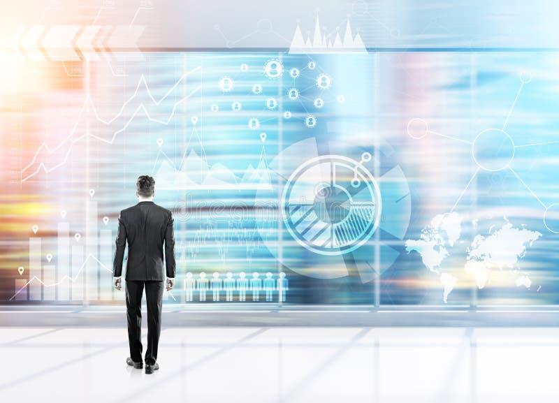 Mężczyzna patrzeje wykresy w zamazanym biurze zdjęcie stock
