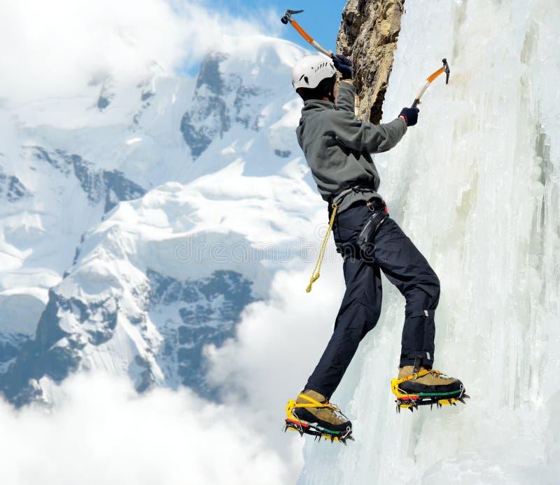 Mężczyzna pięcie na icefall w zim górach obraz stock
