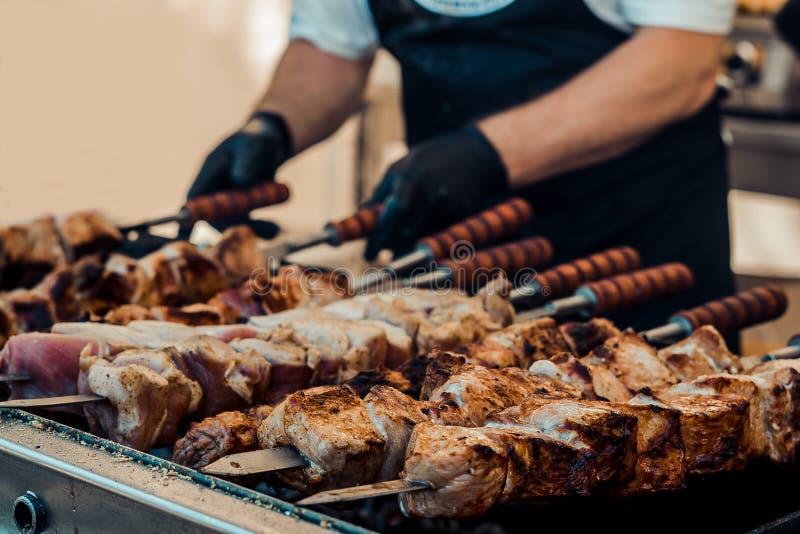 Mężczyzna piec mięso na grillu zdjęcia royalty free