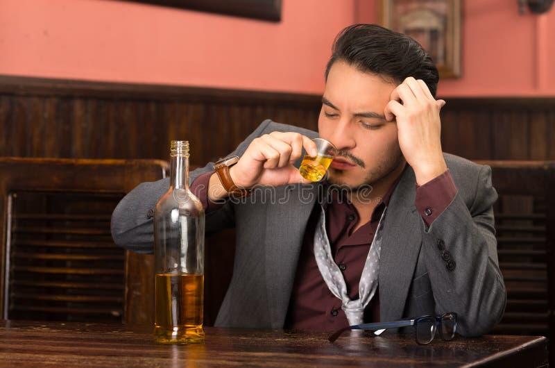 Mężczyzna pije alkoholu strzał w kostiumu zdjęcie stock