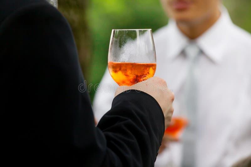 Mężczyzna pije aperitif zdjęcie stock