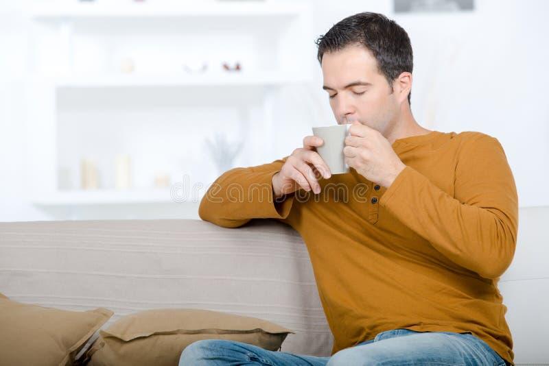 Mężczyzna pije kawy chłodzić relaksuje pojęcie fotografia stock