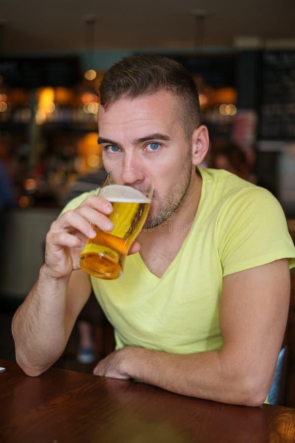 Mężczyzna pije lekkiego piwo w pubie obrazy stock