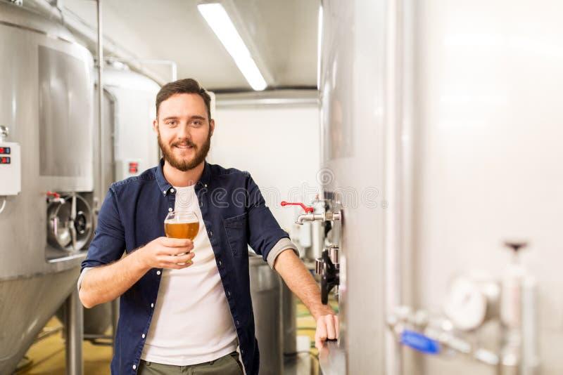 Mężczyzna pije rzemiosła piwo i bada przy browarem zdjęcia royalty free