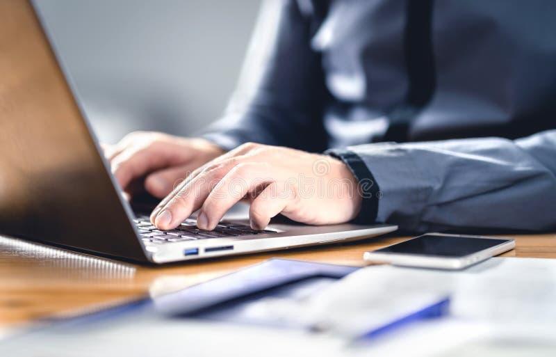 Mężczyzna piszący z laptopem Inteligentny hipster z doświadczeniem finansowym, rynkowym i biznesowym Współpraca z urządzeniem cyf obrazy stock