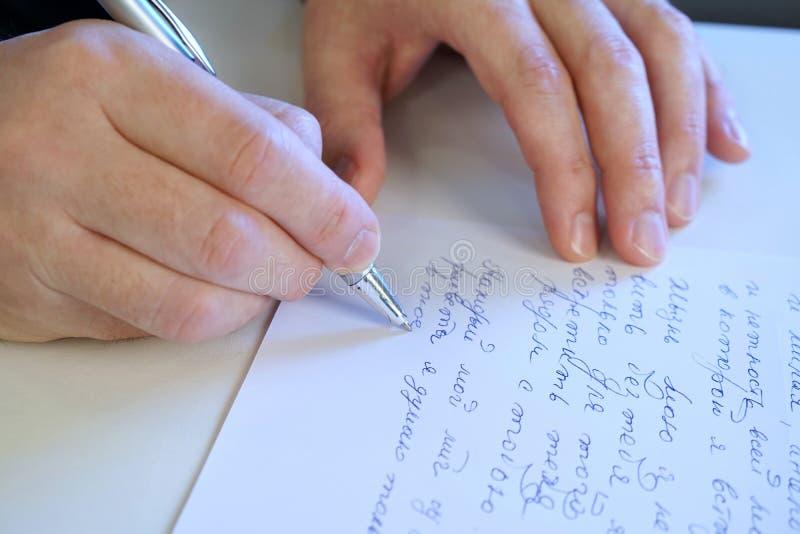 Mężczyzna pisze liście fotografia stock