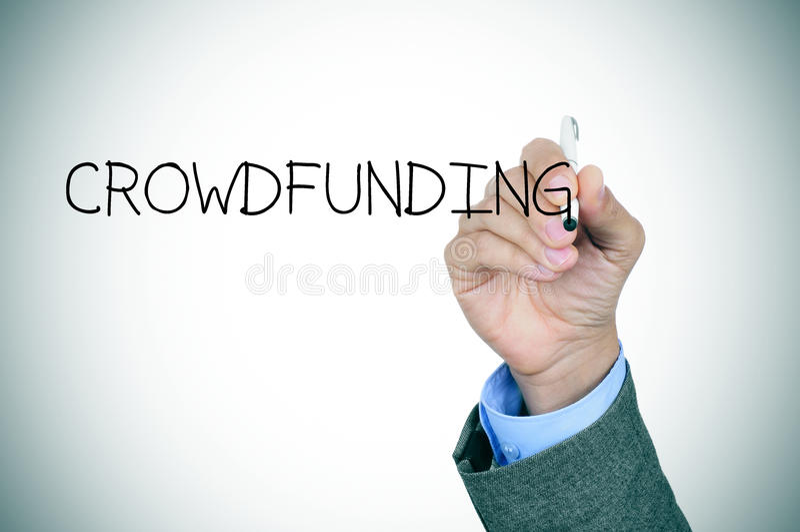 Mężczyzna pisze słowie crowdfunding obraz royalty free