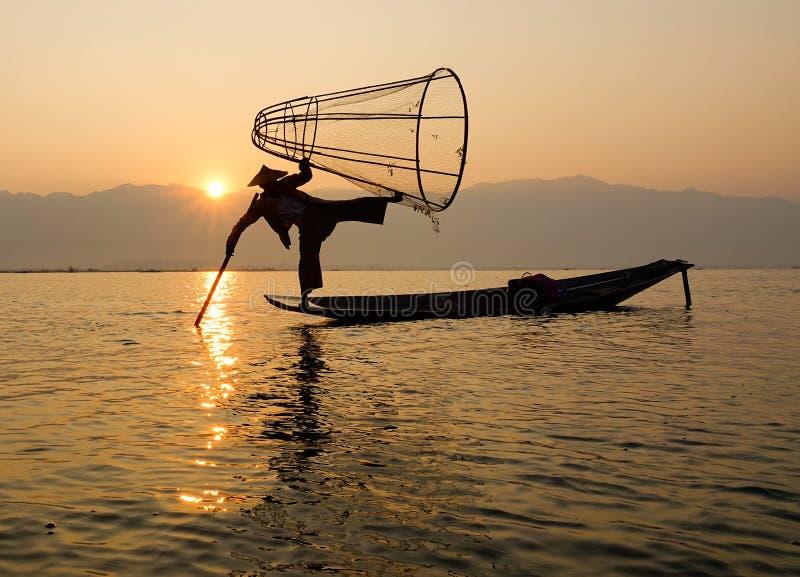 Mężczyzna połów na Intarsja jeziorze w shanie, Myanmar fotografia stock