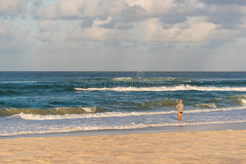 Mężczyzna połów na plaży zdjęcie royalty free