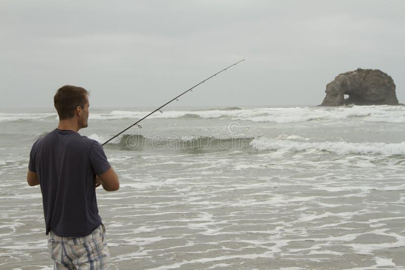Mężczyzna połów w kipieli na Rockaway plaży obraz royalty free