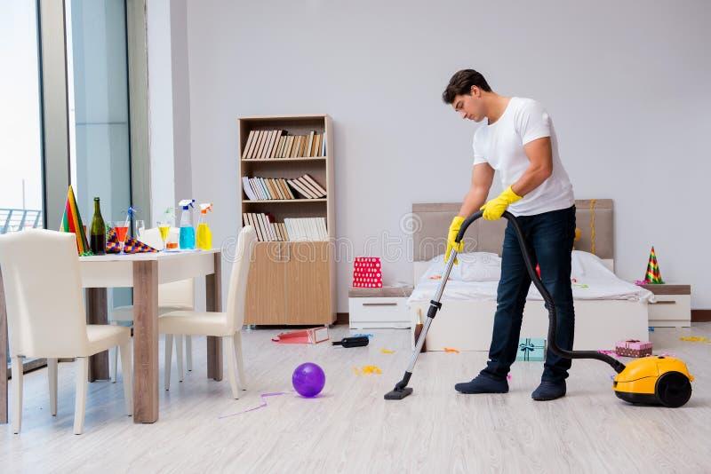 Mężczyzna po ciężki bawić się w domu obrazy stock