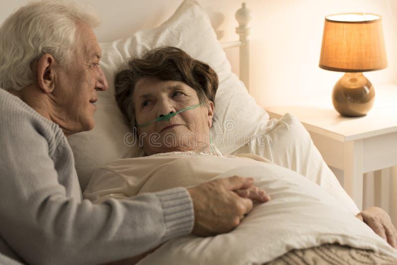 Mężczyzna pociesza chorej żony obraz royalty free