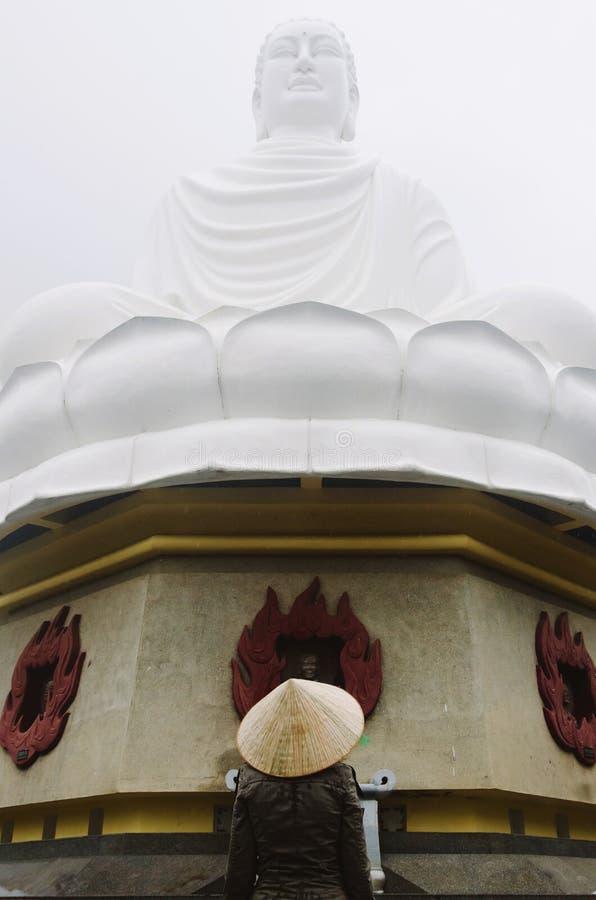 Mężczyzna pod Buddha statuą fotografia royalty free