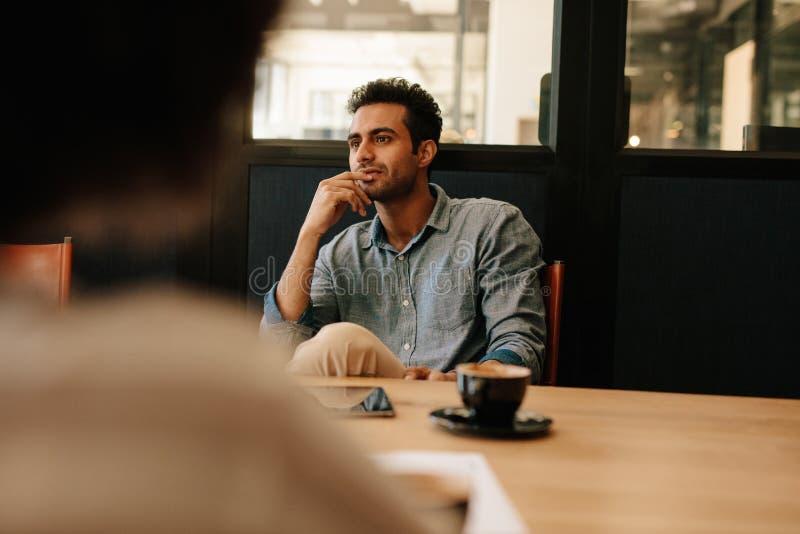 Mężczyzna podczas biznesowego spotkania w sala konferencyjnej obraz royalty free