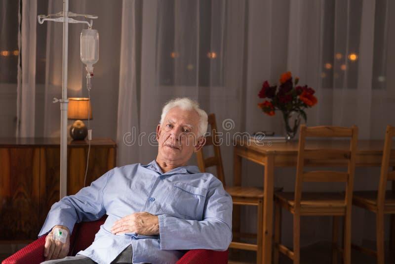 Mężczyzna podczas domowego traktowania obraz stock