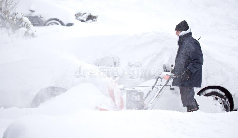 mężczyzna podmuchowy śnieg zdjęcia stock