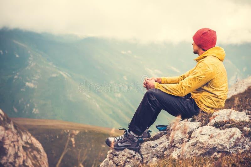 Mężczyzna podróżnik relaksuje samotnie w górach Podróżuje styl życia obrazy royalty free