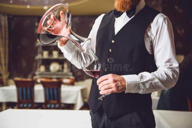 Mężczyzna podsadzkowy szkło z czerwonym winem zdjęcie royalty free
