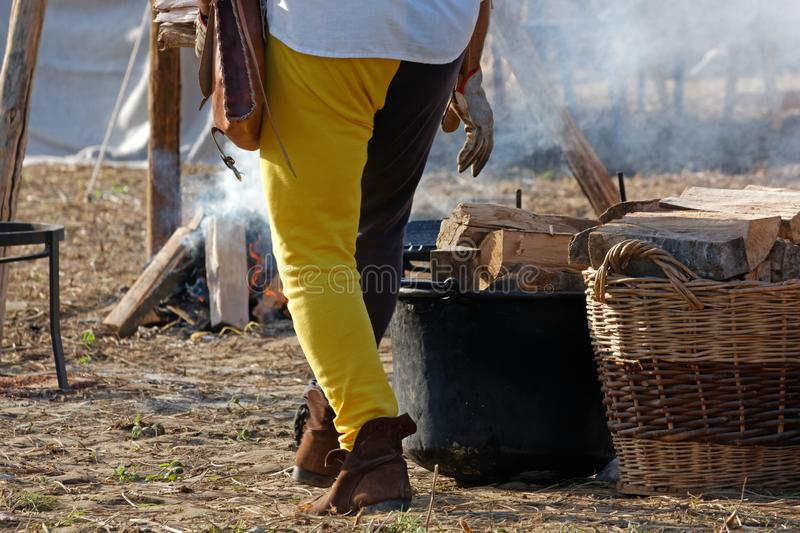 Mężczyzna Podsyca ogienia przy Dziejowym Reenactment fotografia stock