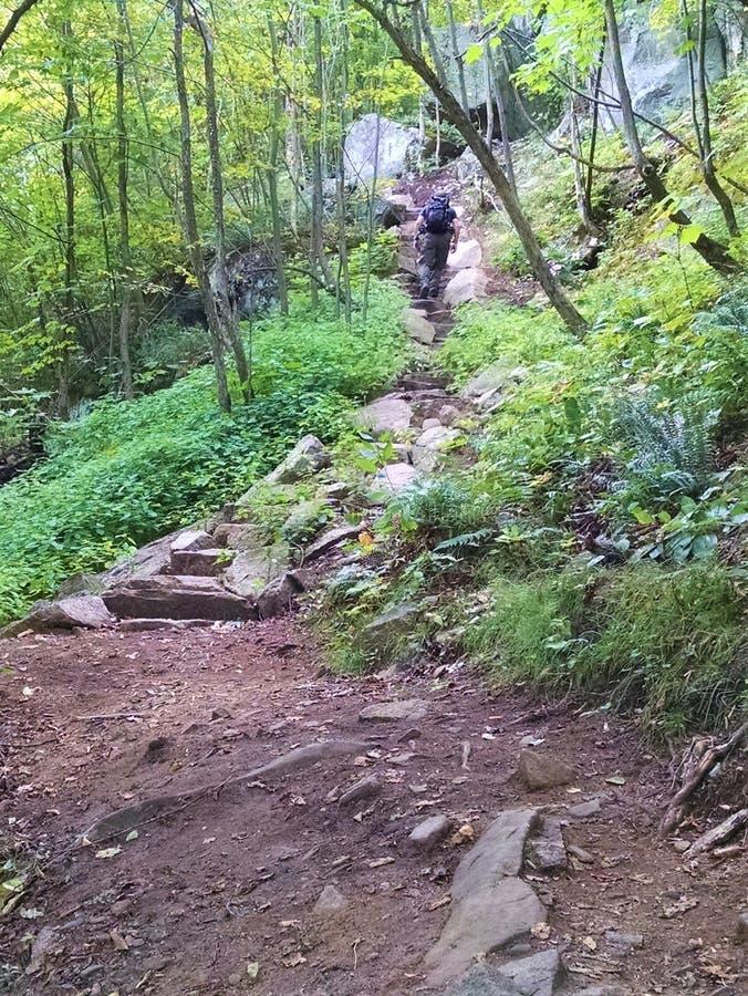 Mężczyzna podwyżki moczą kamiennych kroki up Szturchają O bimberu ślad obrazy stock