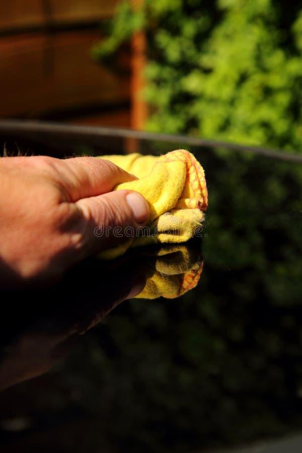 Mężczyzna poleruje szklanego odgórnego patio ogródu stół obraz royalty free