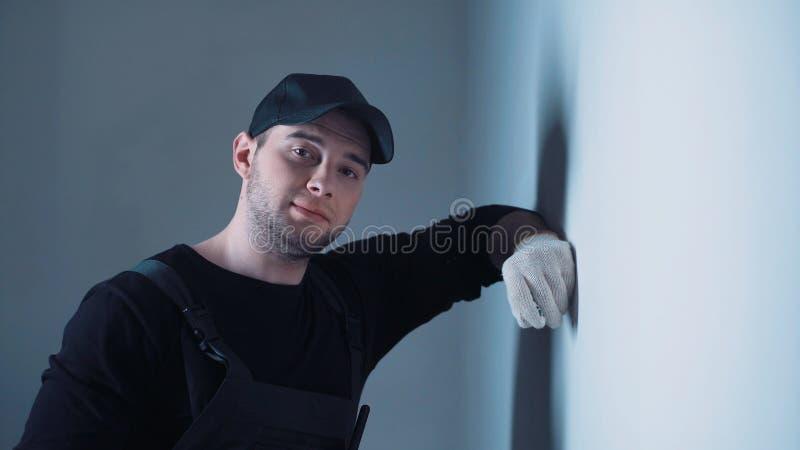 Mężczyzna pomiarowa ściana na budowie obraz stock