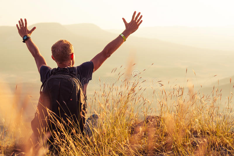 Mężczyzna powitania złoty wydźwignięcie słońce zdjęcia stock