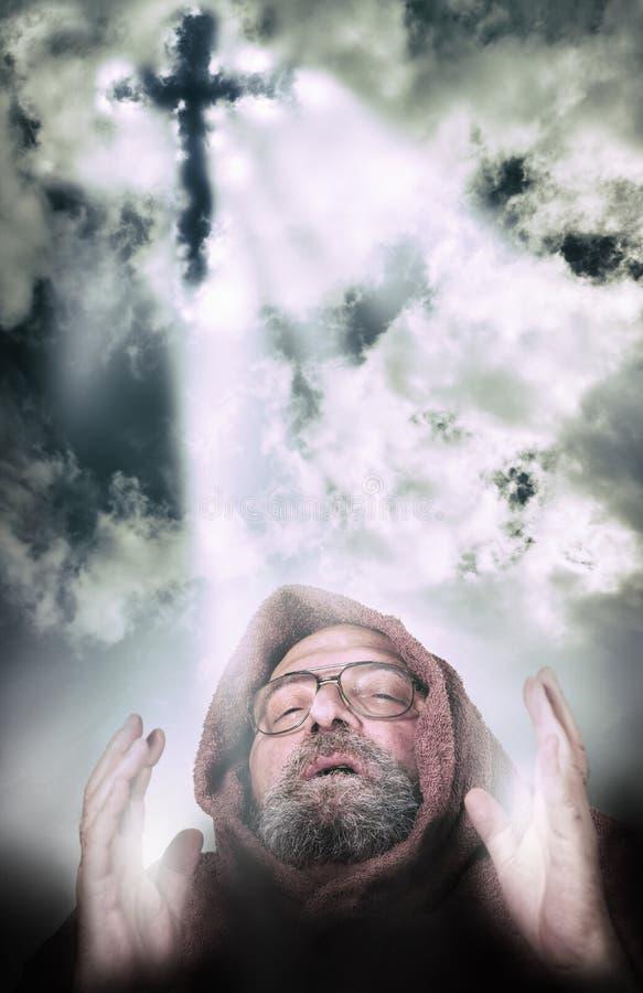 Mężczyzna powołanie illuminted krzyża światłem od chmur zdjęcie royalty free