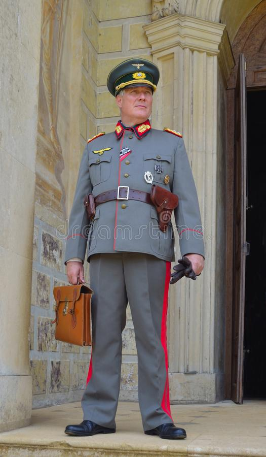 Mężczyzna pozuje w Drugi wojna światowa generałach Munduruje trzymający krótką skrzynkę obrazy stock