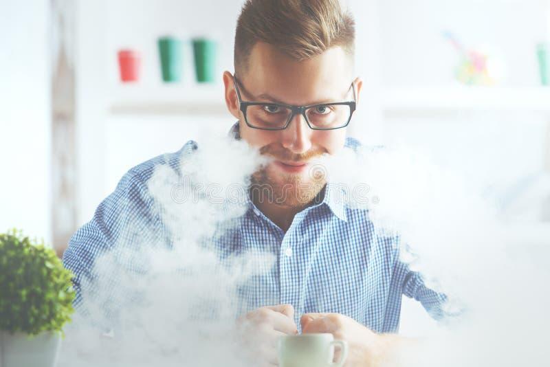 Mężczyzna pozwala dym z usta obrazy stock