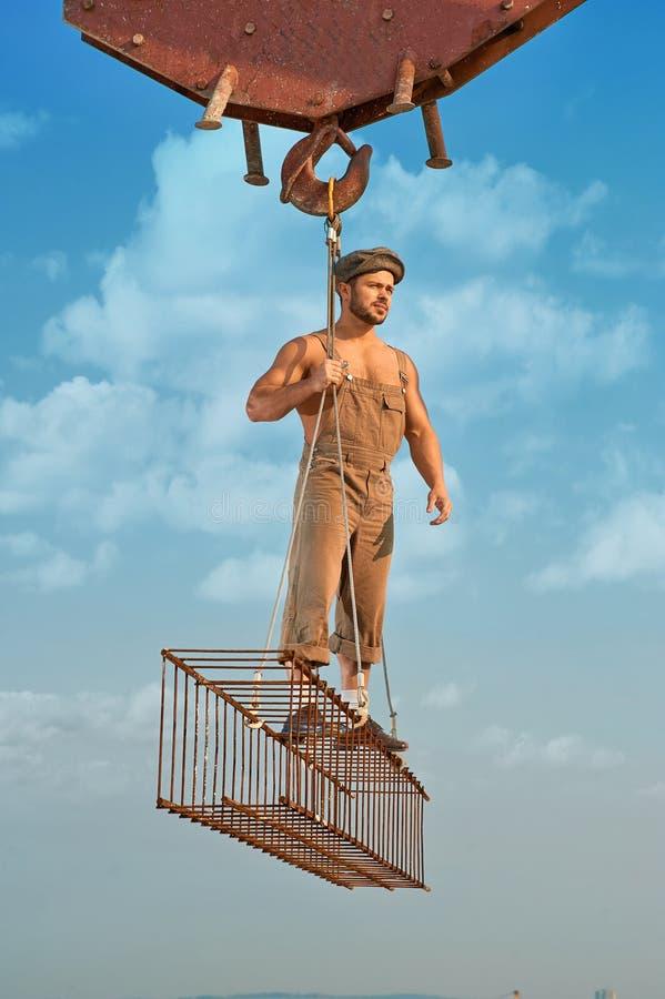 Mężczyzna pozycja na żelaznej budowie nad miastem zdjęcia stock