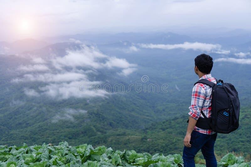 Mężczyzna pozycja na górze halnego wzgórza Wolność arywista na wysokim va fotografia stock