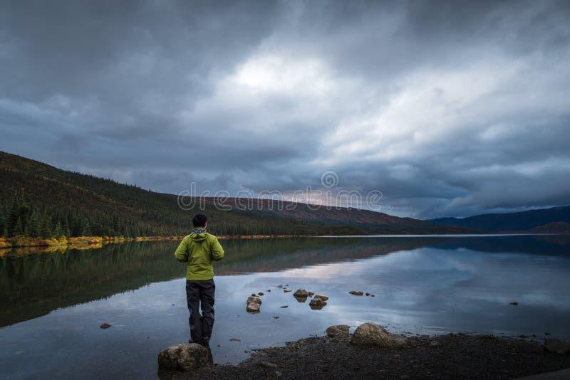 Mężczyzna pozycja w jeziorze obraz royalty free