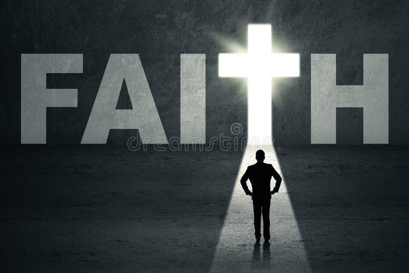 Mężczyzna pozycja w wiary drzwi zdjęcie stock