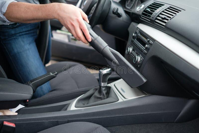 Mężczyzna próżnia czyści jego samochód obraz royalty free