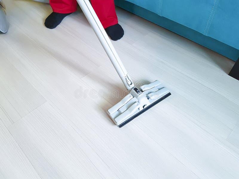 Mężczyzna próżnia podłoga z parowym homemaker zdjęcie royalty free