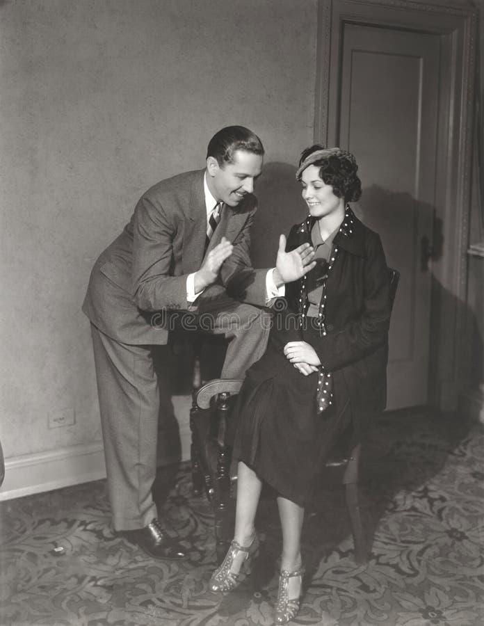 Mężczyzna próbuje imponować kobiety obraz stock