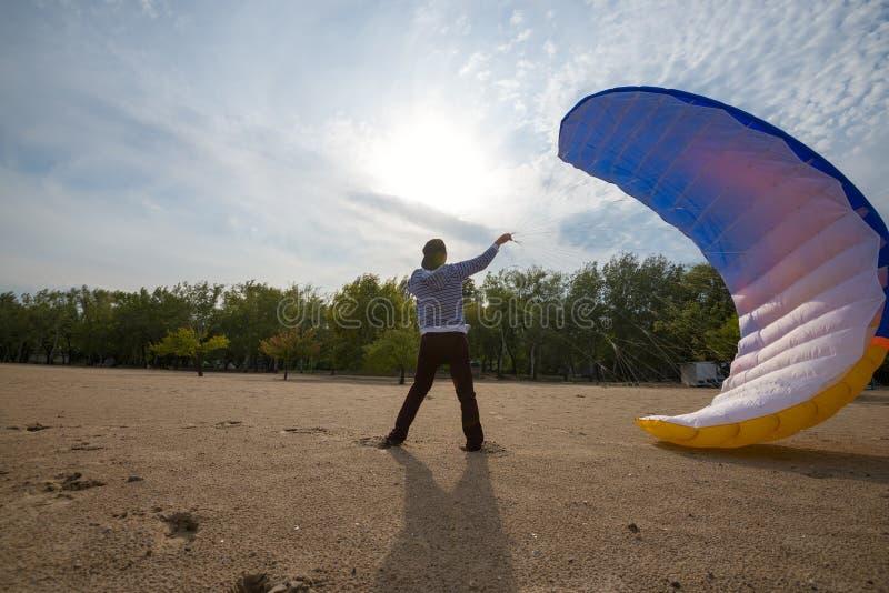 Mężczyzna próby łapać wiatr z paraglider obraz royalty free