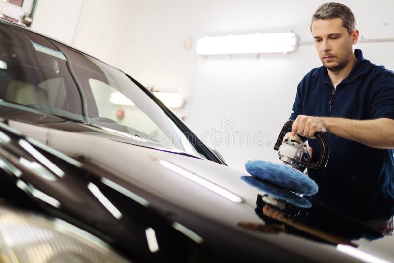 Mężczyzna pracownik na samochodowym obmyciu zdjęcie stock