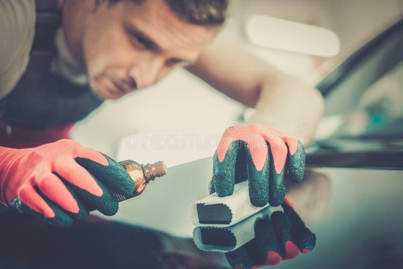 Mężczyzna pracownik na samochodowym obmyciu zdjęcia stock