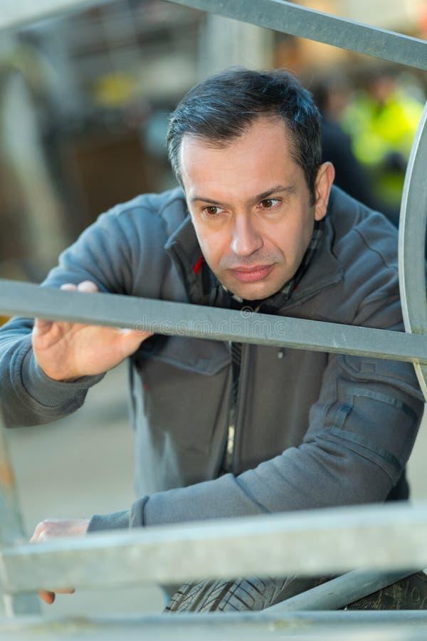 Mężczyzna pracujący w fabryce metalu zdjęcia stock