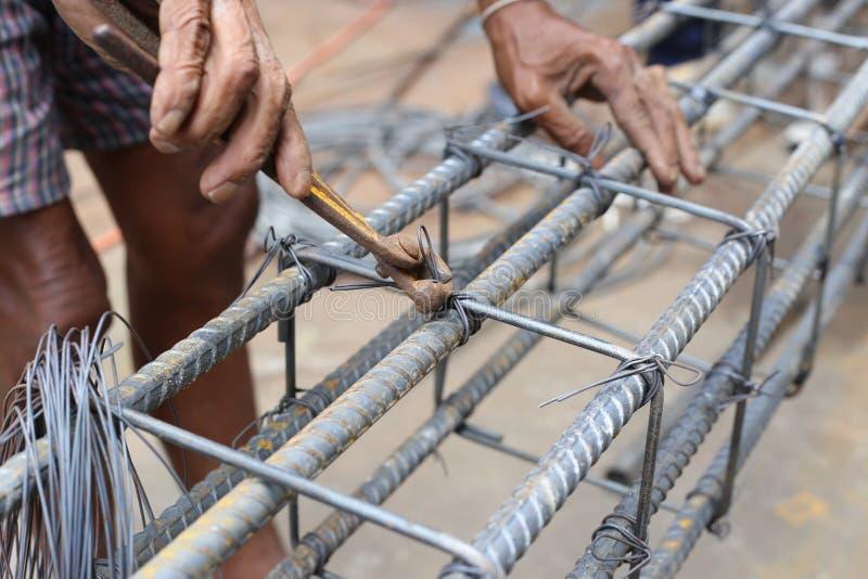 Mężczyzna pracuje na belkowatych pocięglach obraz stock